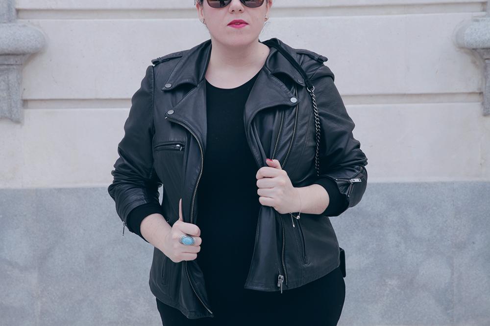 Vestido negro y cazadora de cuero-Soy Curvy-5