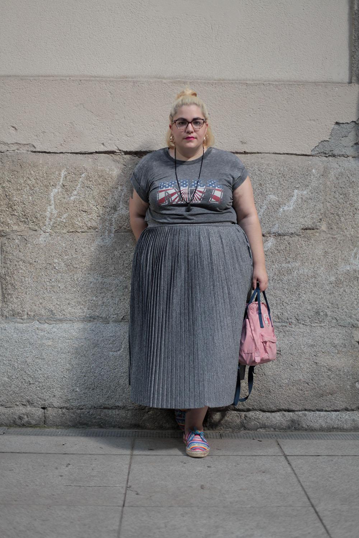 Camiseta gris de Kiss y falda plisada