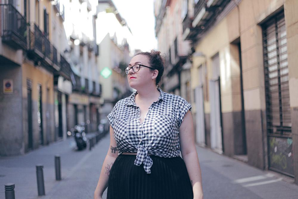 Falda negra plisada y camisa cuadros-soy curvy-4