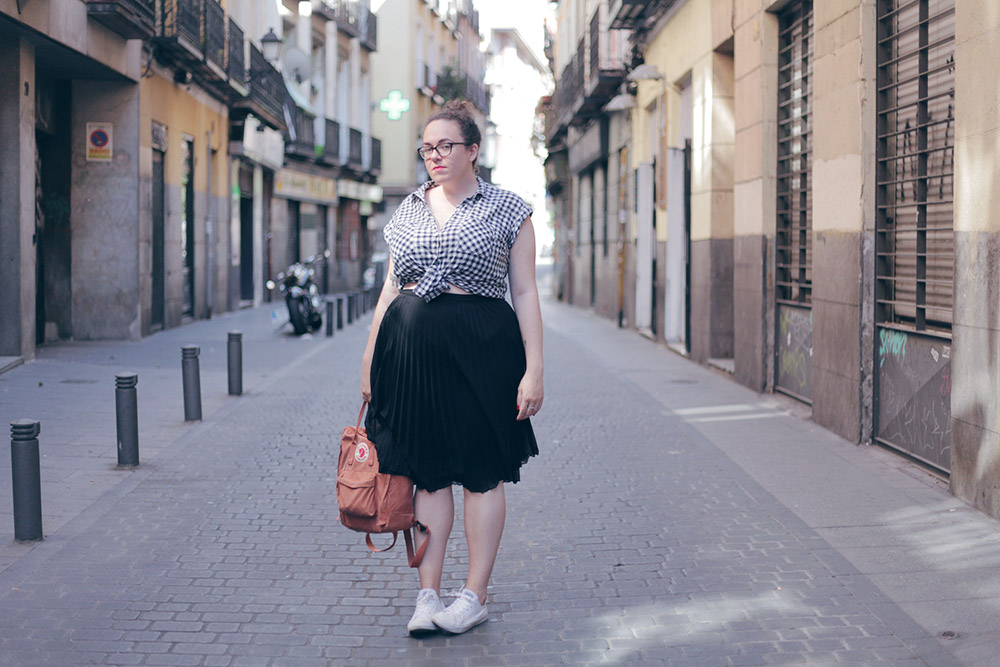 Falda negra plisada y camisa cuadros-soy curvy-9