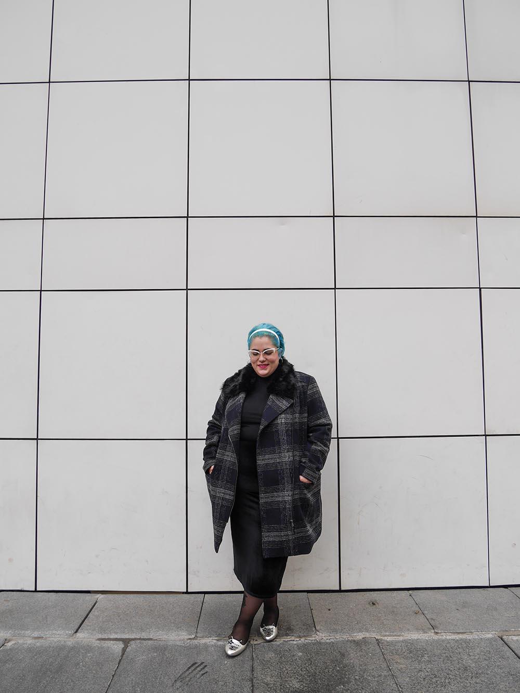 Lady con abrigo a cuadros