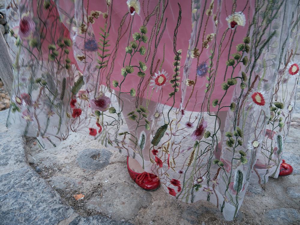 Vestido de tul transparente con flores bordadas4