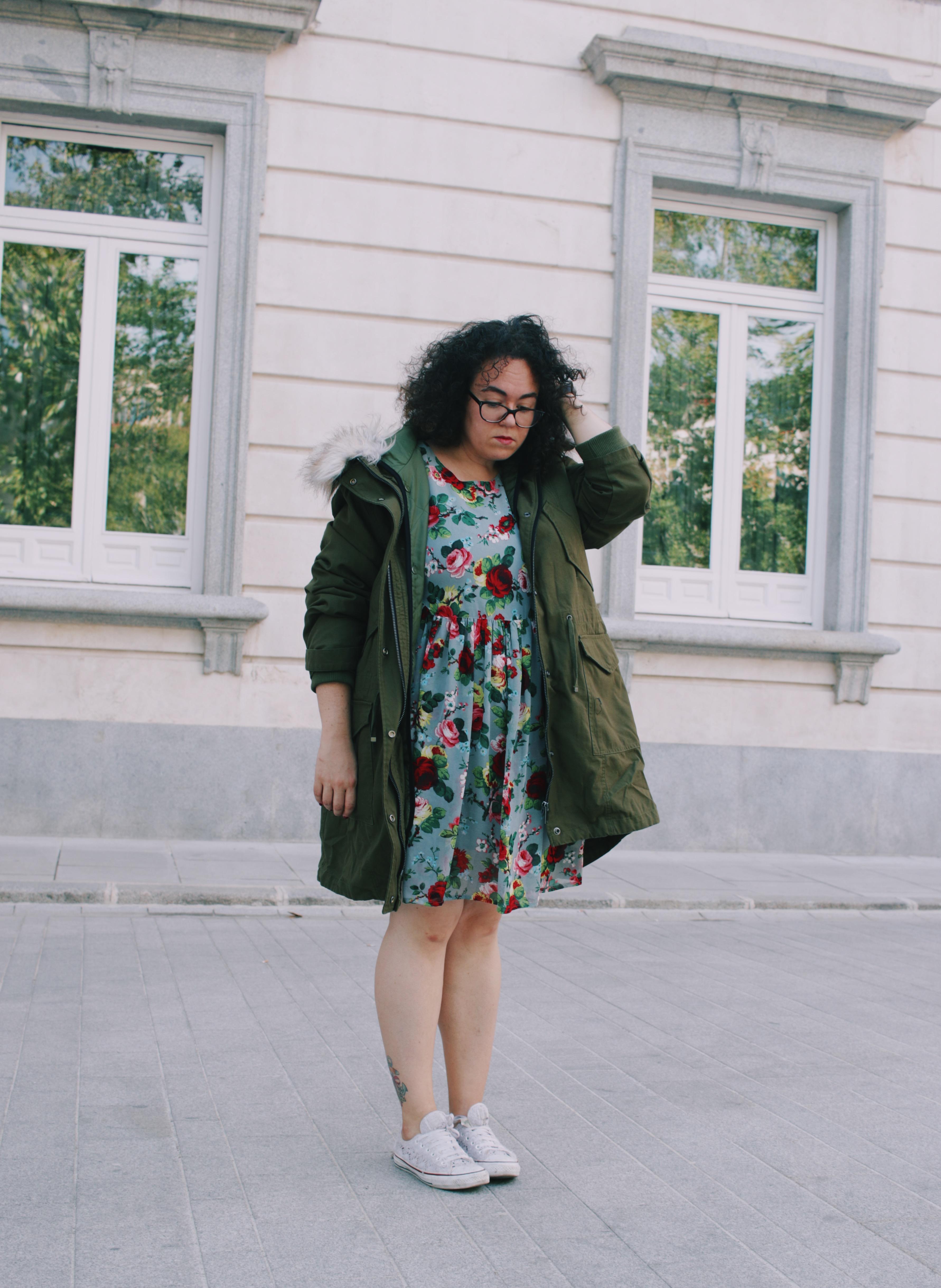 Vestido de flores y parka verde